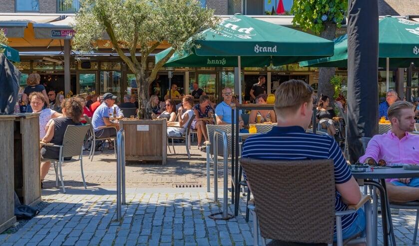 De terrassen aan de Markt waren op 1 juni direct weer goed gevuld. (foto: Ronald Strijbosch)