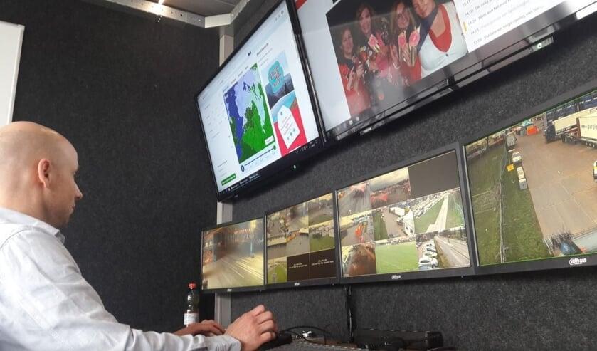 Roel van der Heijden bekijkt de beveiligingscamera's tijdens carnaval.