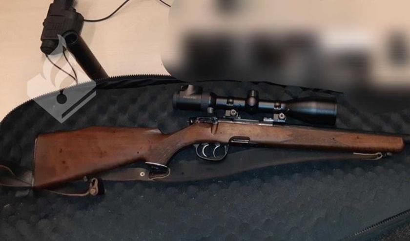 Op de bijrijdersstoel lag een doorgeladen jachtgeweer.