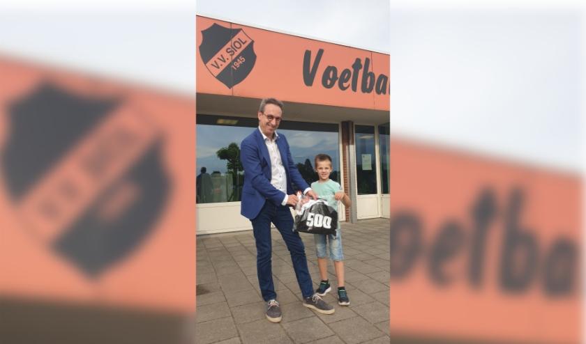 . De 6-jarige Kyan Derks was de gelukkige die door voorzitter Rob Hoffmann als 500e lid in het zonnetje werd gezet.