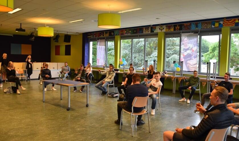 Leerlingen van het Elzendaalcollege  toasten op hun diploma en het feestelijke nieuws.