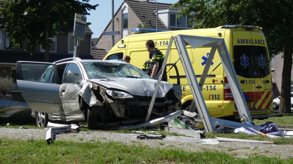 Auto rijdt tegen bushokje op Schalkskampweg, bestuurder gewond. (Foto: Thomas)  © 112 Brabantnieuws