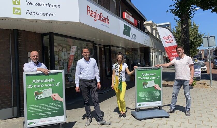 Marc van Bree (rechts) en collega's (v.l.n.r.) Jeroen Alofs, Rouven Dupont en Ibtisam El Moudni presenteren de actie van Veldsink Advies. (tekst en foto: Jos Gröniger)