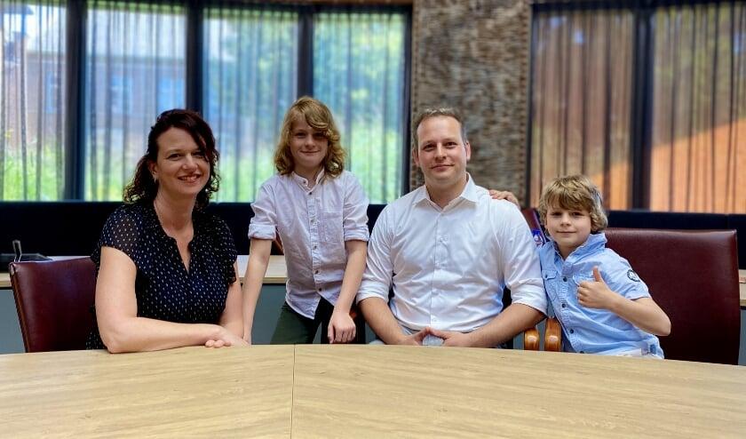 <p>Rens, staand tussen zijn ouders, is de eerste kinderburgemeester van Meierijstad.</p>