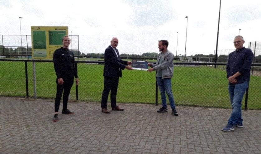 De prijsuitreiking bij VCA met van links naar rechts: Youp Oosterbroek, Maarten Jilisen, prijswinnaar Gosling Grutters en Pierre Gerrits.