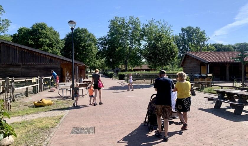 Bezoekers van kinderboerderij De Elzenhoek.