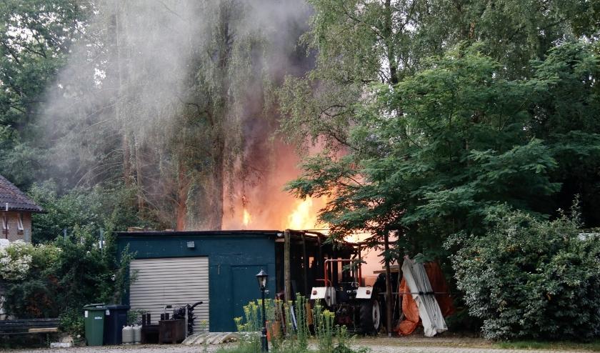 Een man heeft door het vuur forse brandwonden opgelopen.