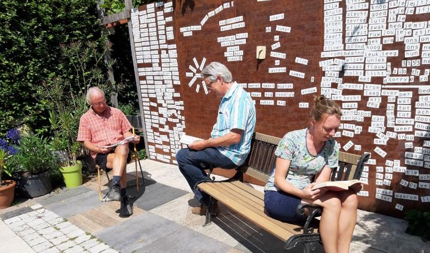 Lekker en gezellig lezen kan altijd en overal. In de tuin, op vakantie of in de pauze bij Verdeliet.