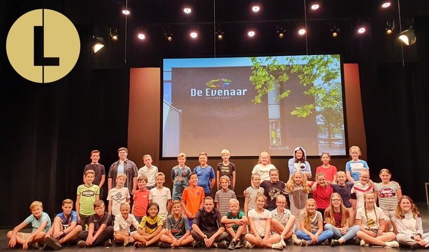 Leerlingen van De Evenaar in theater De Lievekamp.