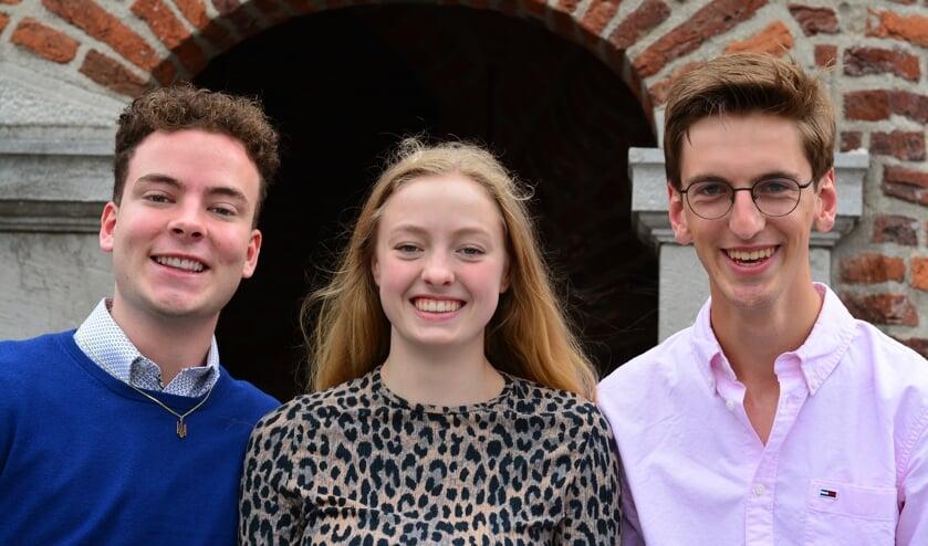 De cum laude leerlingen van het Elzendaalcollege in Boxmeer: Simon Daals (l), Cécile Urlings en Jorre Wagemakers (r).