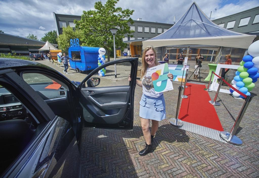 Drive-In diploma-uitreikingen bij De Leijgraaf aan de Muntelaar in Veghel.  Op de foto Eline van Wessel.  Foto: Van Assendelft Fotografie © Kliknieuws Veghel