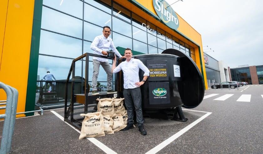 Marcel Guldenaar (links, culinair adviseur Sligro Veghel) overhandigt Joppe Sprinkhuizen (rechts, eigenaar Silly Fox Veghel) het eerste pannetje mosselen.