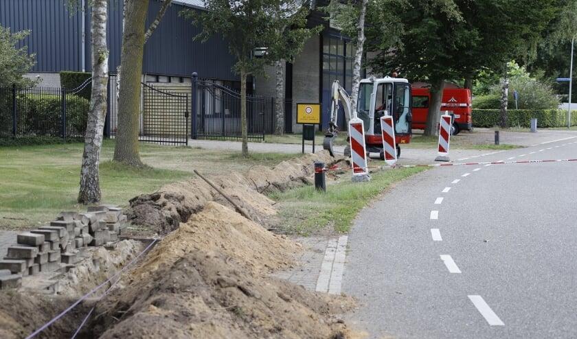 Bij graafwerkzaamheden voor glasvezel is in Milsbeek aan de Ovenberg een gasleiding geraakt.
