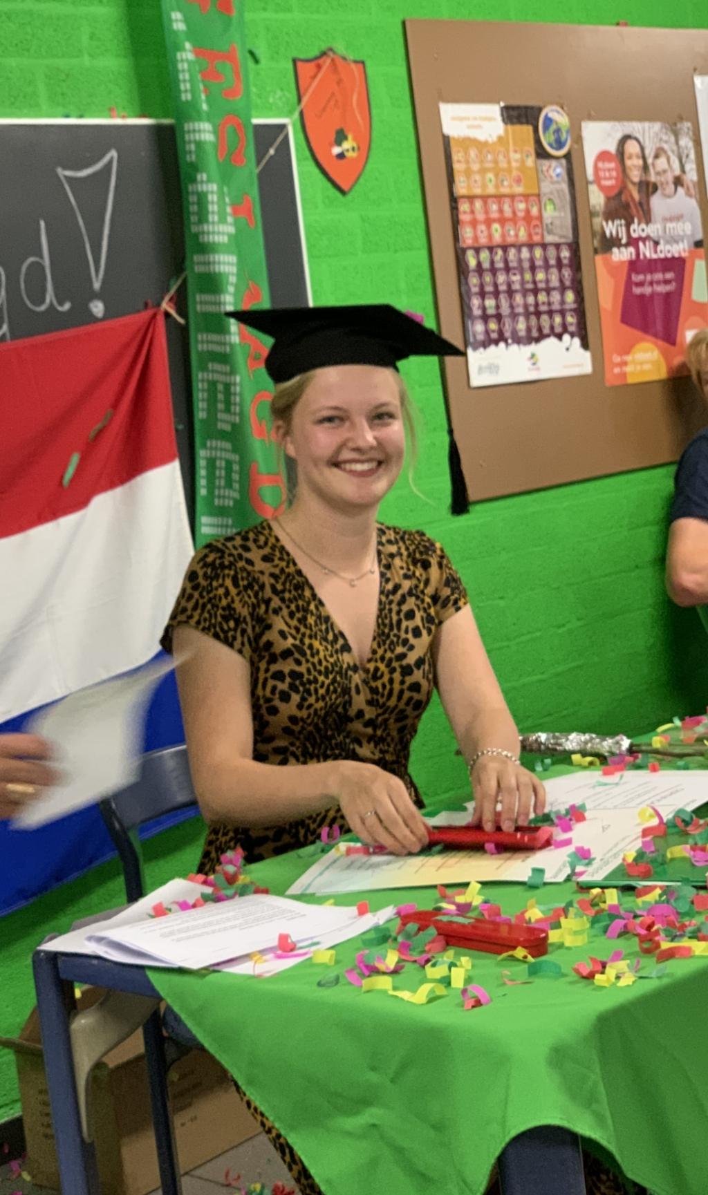 Britt Logtens ondertekent haar vwo-diploma.   © Kliknieuws De Maas Driehoek
