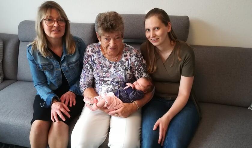 Op deze foto is Vesper een week oud, met haar mama Fabienne, haar oma Ineke en haar overgrootmoeder Annie.