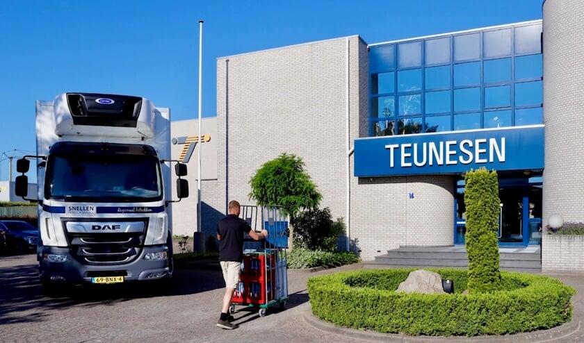 Lokale horecaondernemer Snellen brengt producten naar Teunesen Zand en Grint. (foto: Karel ten Haaf, Ten Haaf Fotografie)