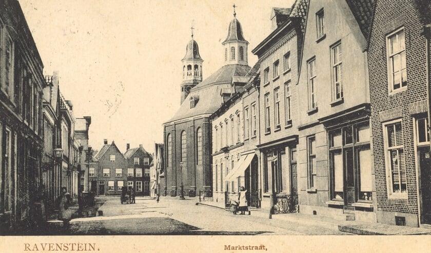 Een ansichtkaart van de Markstraat in Ravenstein, aan het begin van de vorige eeuw, met de Sint-Luciakerk prominent in beeld. (Collectie Stadsarchief Oss)