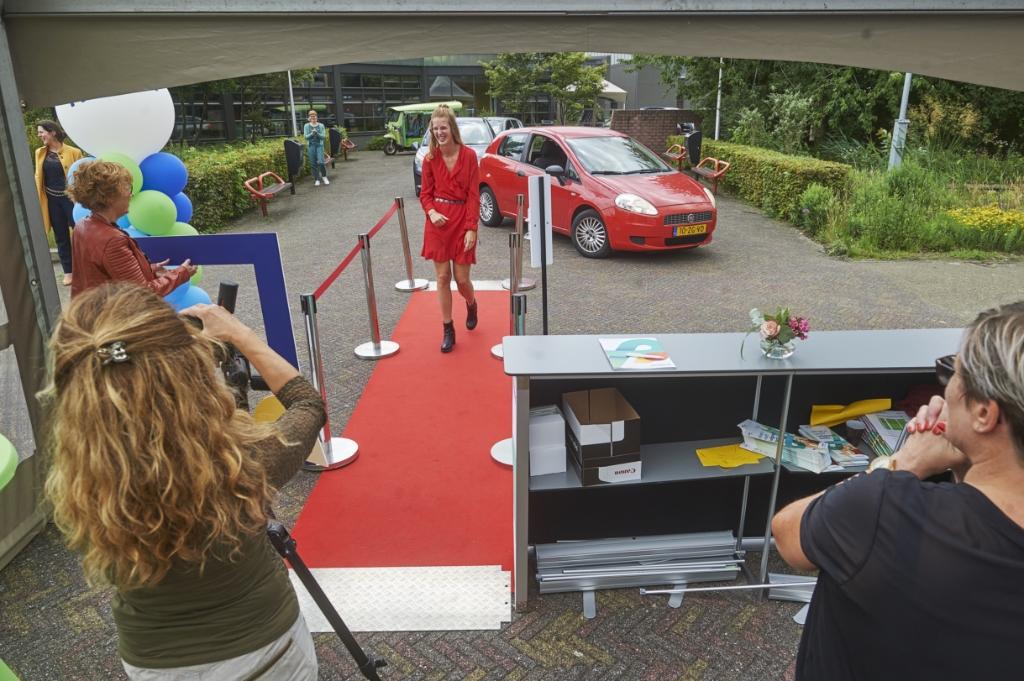 Drive-In diploma-uitreikingen bij De Leijgraaf aan de Muntelaar in Veghel. Foto: Van Assendelft Fotografie © Kliknieuws Veghel