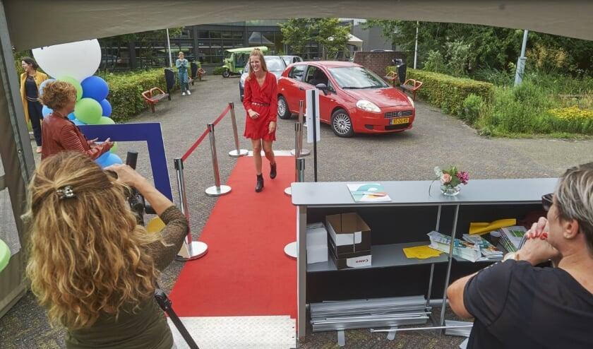 Drive-In diploma-uitreikingen bij De Leijgraaf. (Foto: Van Assendelft Fotografie)