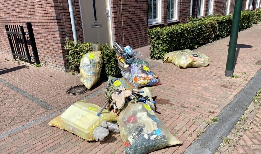 Rotzooi op de stoep in de Oranjewijk een dag na het ophaalmoment.