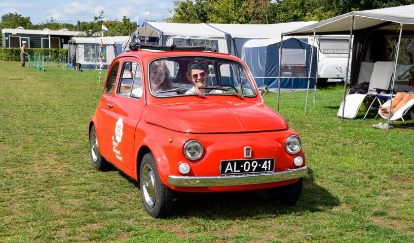 De knalrode Fiat 500 kwam onder andere langs bij camping Boszicht in Wilbertoord