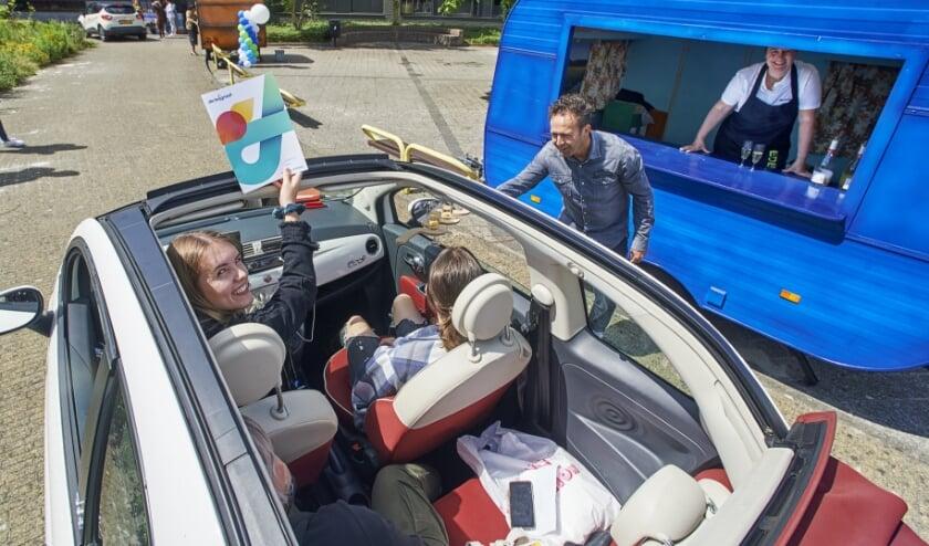 Drive-In diploma-uitreikingen bij De Leijgraaf aan de Muntelaar in Veghel. Op de foto Lisa Landsbergen.
