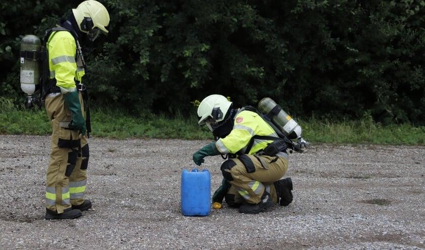 De brandweer controleert één van de vaten. (foto SK-Media)