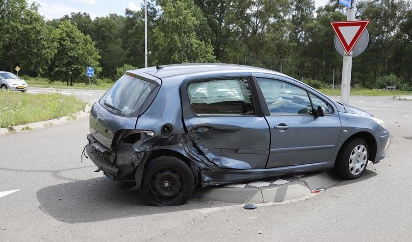 Zowel deze Peugeot als de auto van de andere bestuurder zijn door het ongeval flink beschadigd geraakt.