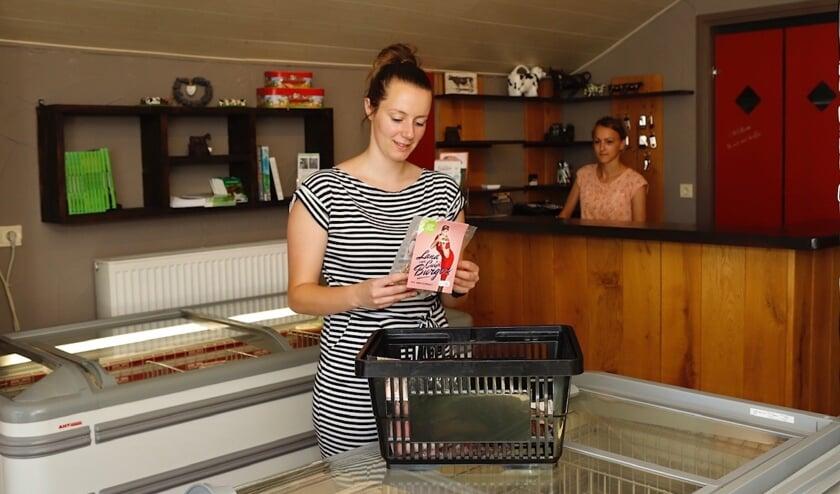 Miriam van den Broek in de boerderijwinkel. (foto: