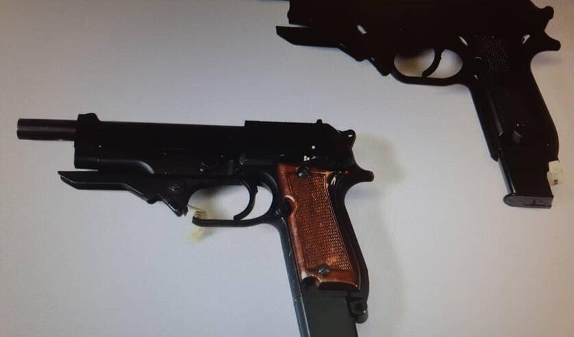 De twee vuurwapens. (Foto: Facebook wijkagenten Schadewijk)