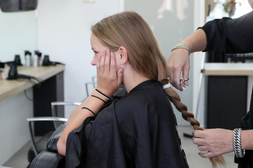 Doneren aan Stichting Haarwensen. (Foto: Hans van der Poel) © Kliknieuws Oss