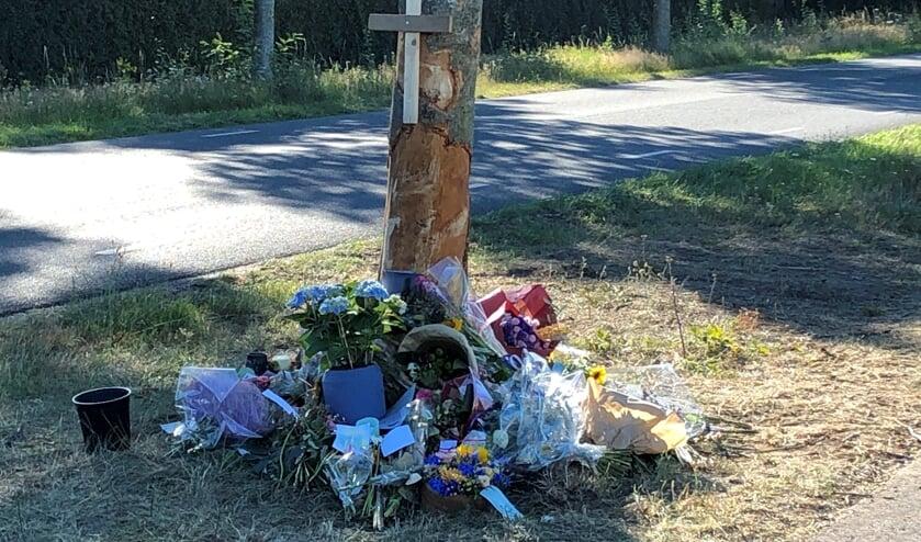 Rondom de stam van de boom zijn diverse bloemen, kaartjes, foto's, gedichtjes en nepkaarsjes geplaatst, ter nagedachtenis aan slachtoffer.