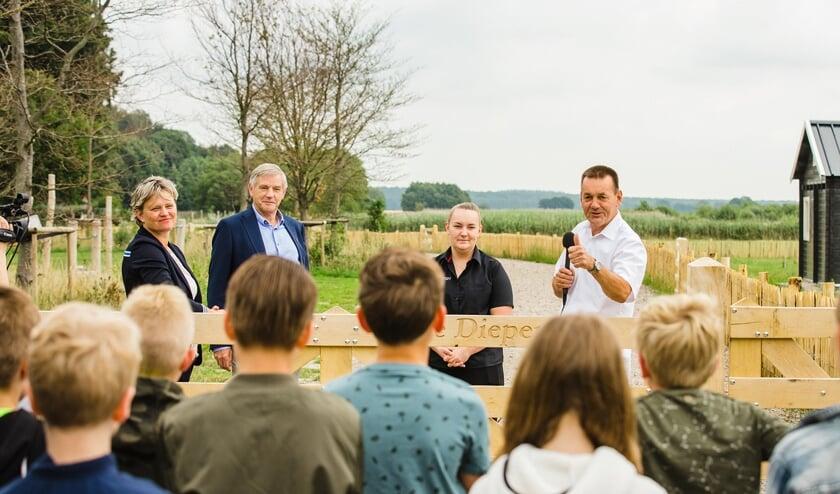 Groep 6 leerlingen van basisschool De Drie Vijvers zijn bij de opening van natuurspeeltuin De Diepen. (foto: Malou Slungers fotografie)
