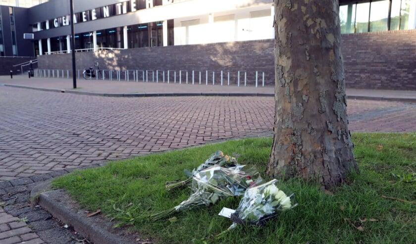 Gisteravond werden in de buurt van de plek waar Arie zich in brand stak, de eerste bloemen gelegd. (foto Hans van der Poel).
