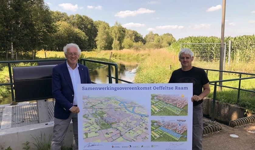 Wethouder Jeu Verstraaten heeft samen met Peter van Dijk van waterschap Aa en Maas, de samenwerkingsovereenkomst voor de aanpak van de Oeffeltse Raam ondertekend.