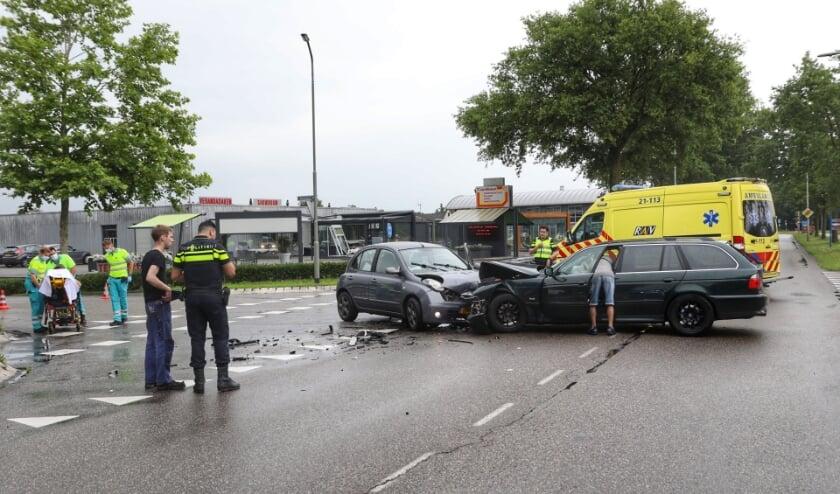 Gewonde bij botsing tussen twee auto's op Hartog Hartogsingel. (Foto: Gabor Heeres, Foto Mallo)