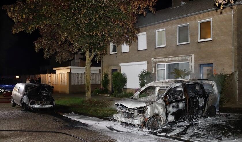 Afgelopen nacht zijn er aan de Doctor Ariënstraat in Gennep twee auto's volledig afgebrand.