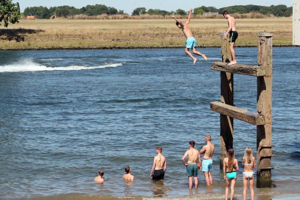 Lith;31-7-2020 veel waterplezier aan de Maas bij een temperatuur van 32 graden in Lith . NOVUM;HANS VAN DER POEL Foto: Hans van der Poel 06 31918770 © Kliknieuws Oss
