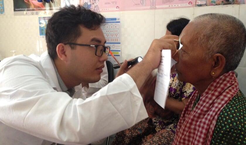 Oogmetingen in de oogkliniek in Kep, Cambodja.