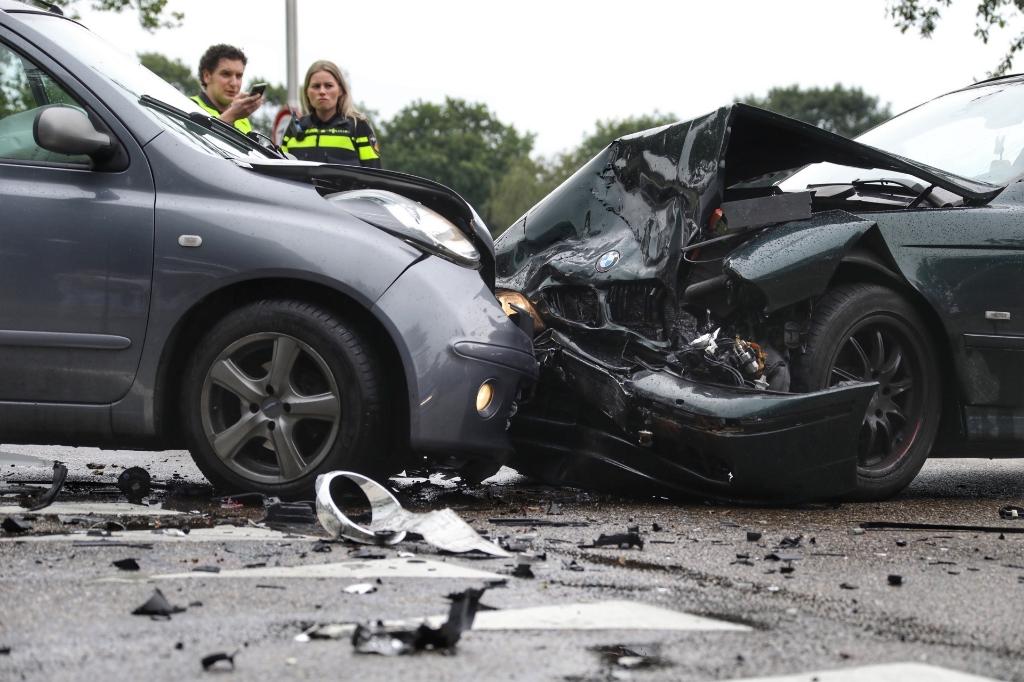 Gewonde bij botsing tussen twee auto's op Hartog Hartogsingel. (Foto: Gabor Heeres, Foto Mallo)   © 112 Brabantnieuws