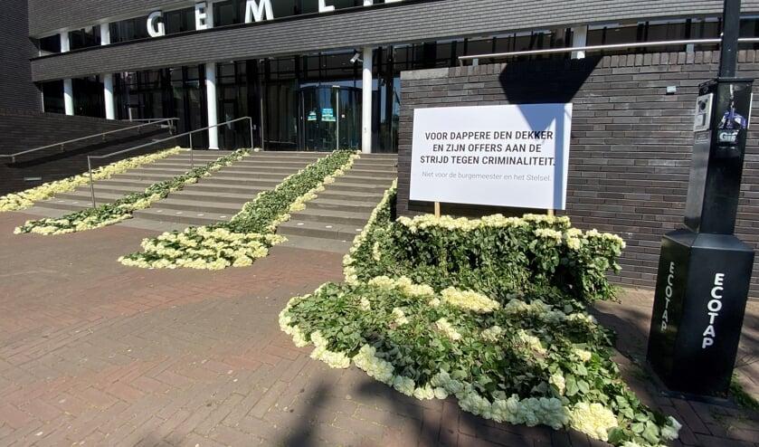 De bloemenzee bij de ingang van het gemeentehuis (foto Hans van der Poel).