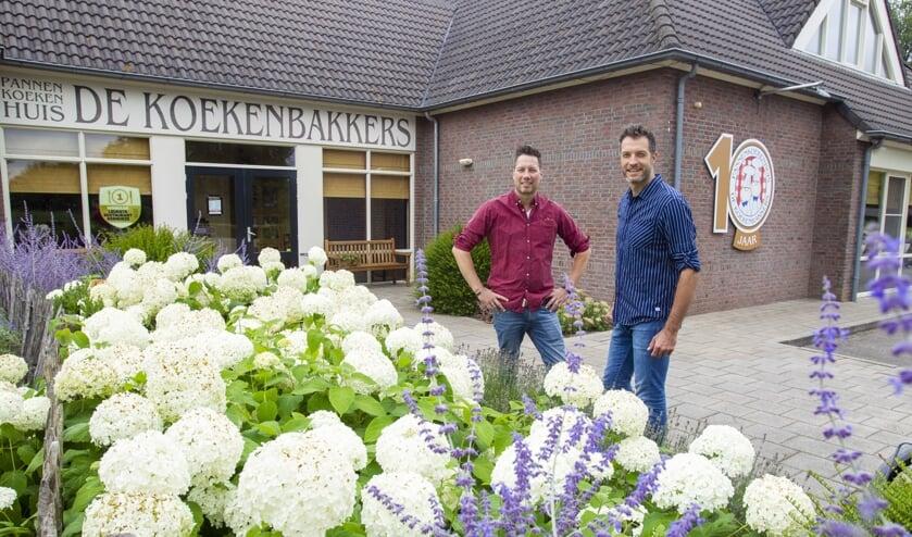 Ondernemers Mark (l) en Bart (r) bij het nieuwe jubileum logo van pannenkoekenhuis De Koekenbakkers (Foto: Ad van de Graaf).