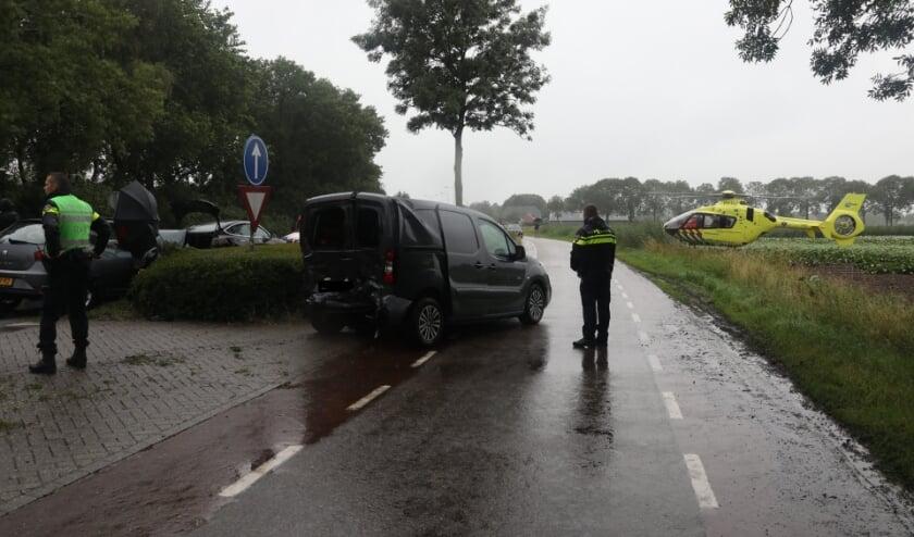 Drie auto's botsen op Dorpenweg in Ravenstein. (Foto: Gabor Heeres, Foto Mallo)