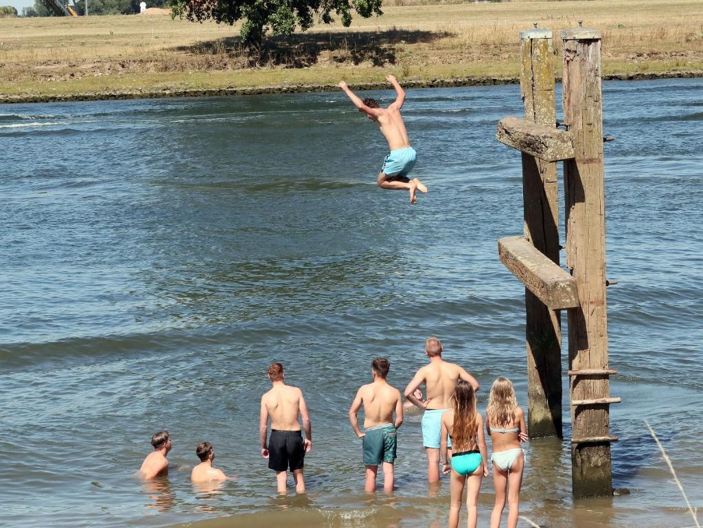 Lith;31-7-2020 veel waterplezier aan de Maas bij een temperatuur van 32 graden in Lith. NOVUM;HANS VAN DER POEL Foto: Hans van der Poel 06 31918770 © Kliknieuws Oss