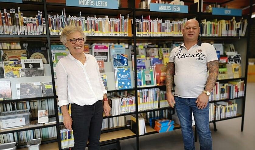 Ria en Sebastiaan in de bibliotheek, dat steeds meer een vertrouwde plek werd voor Sebastiaan.
