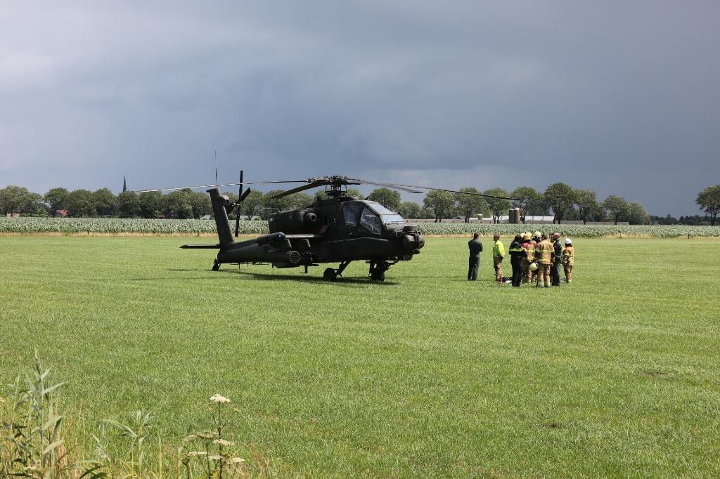 Apache-helikopter van defensie maakt voorzorgslanding in weiland Lith. (Foto: Charles Mallo, Foto Mallo)  © 112 Brabantnieuws