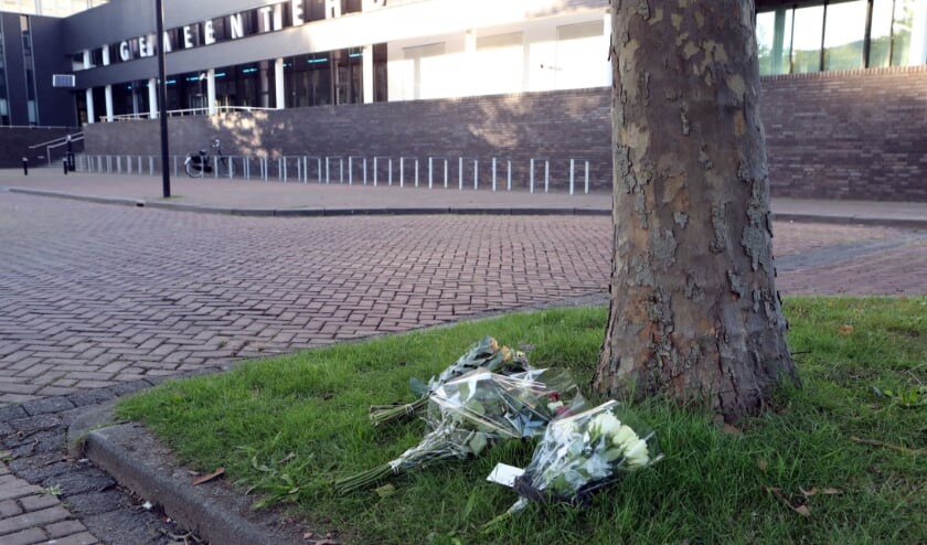 Oss, bloemen bij de plek waar vanochtend Arie den Dekker zich zelf in brand  heeft gestoken, achter het gemeentehuis.