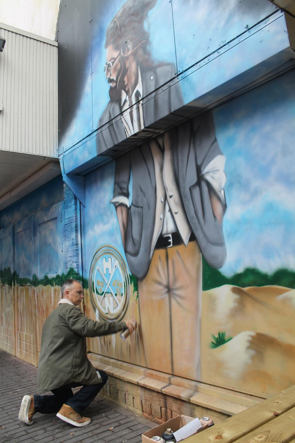 Bart de Ruijter aan het werk bij het oude V&D-pand.  © Kliknieuws Oss