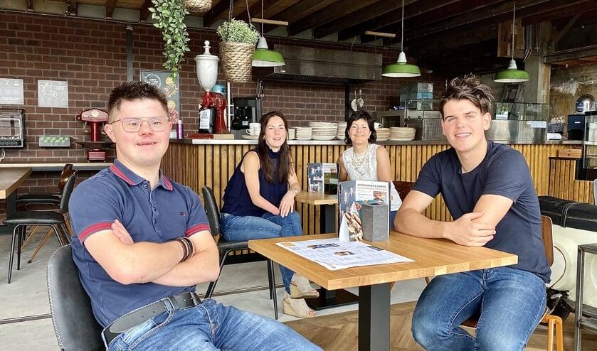 Op de voorgrond Jeroen (L) en Sander (R) en op de achtergrond Steffie (L) en Franca (R).