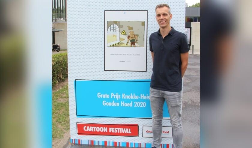 Een blije Doede bij zijn winnende cartoon.